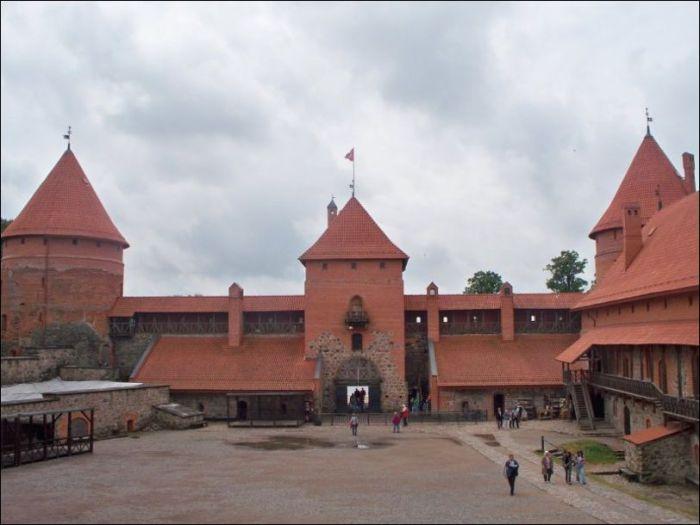 В Тракайском замке в Литве снимали часть сцен фильма «Приключения Электроника».