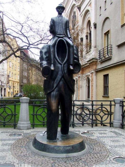 Памятник известному австро-венгерскому писателю.