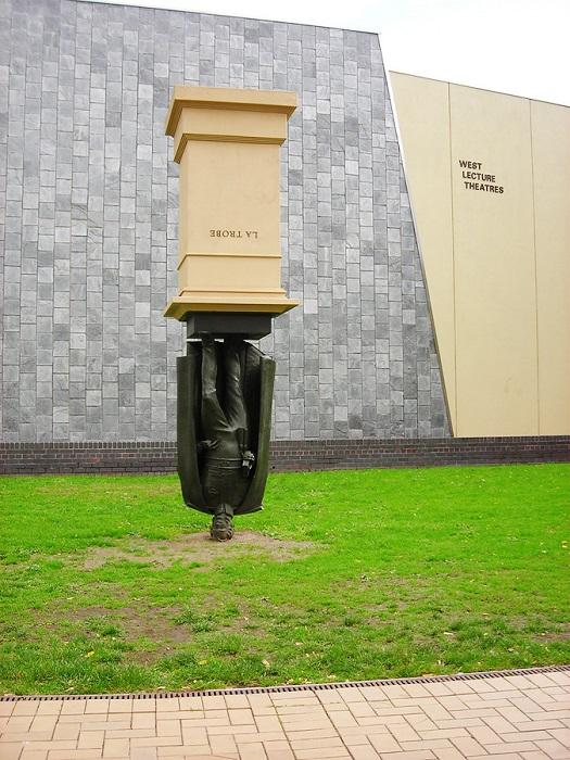 Необычный монумент в Мельбурне, расположенный на территории университета Ла Троуба в округе Бандура.