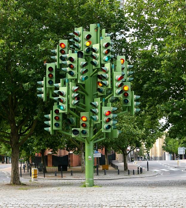 Сверкающее огнями дерево-светофор символизирует бурную жизнь мегаполиса и веселит пешеходов и проезжающих автомобилистов.