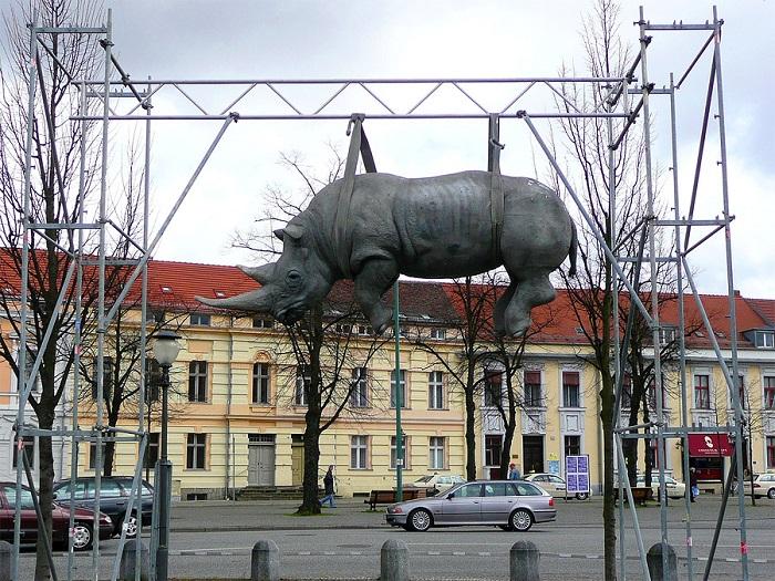 Скульптура белого африканского носорога, подвешенного за шкирку к металлическому каркасу недалеко от городского парка , была установлена в 2005 году в Постдаме.