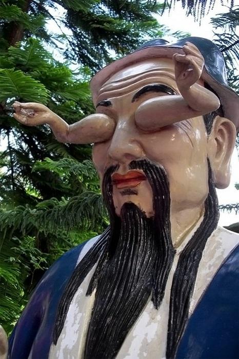 Эта удивительная статуя находится в Монастыре Десяти тысяч Будд. Глядя на нее, становится понятно, что в Гонконге возможно всё.