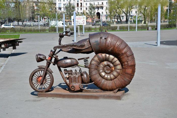 Скульптура любителям и поклонникам мотоциклов.