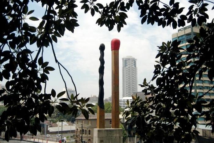 Создал скульптуру из двух гигантских спичек - одной целой, а другой - почти полностью сгоревшей знаменитый австралийский художник и график Бретт Уайтли.