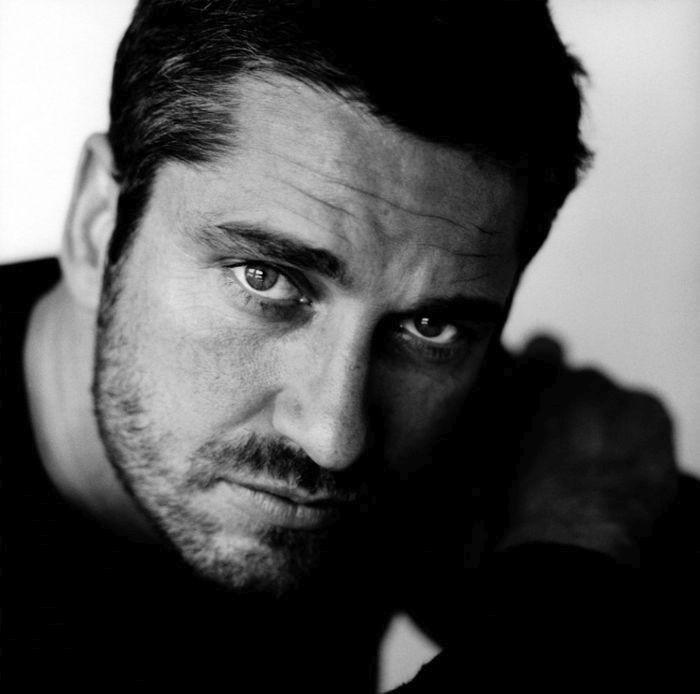 Шотландский киноактёр, наиболее известный по работам в фильмах «Призрак Оперы», «300 спартанцев», «Голая правда», «Законопослушный гражданин» и «Рок-н-рольщик».