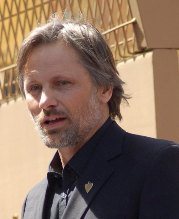 Американский актёр, наиболее известный благодаря роли Арагорна в кинотрилогии «Властелин колец».