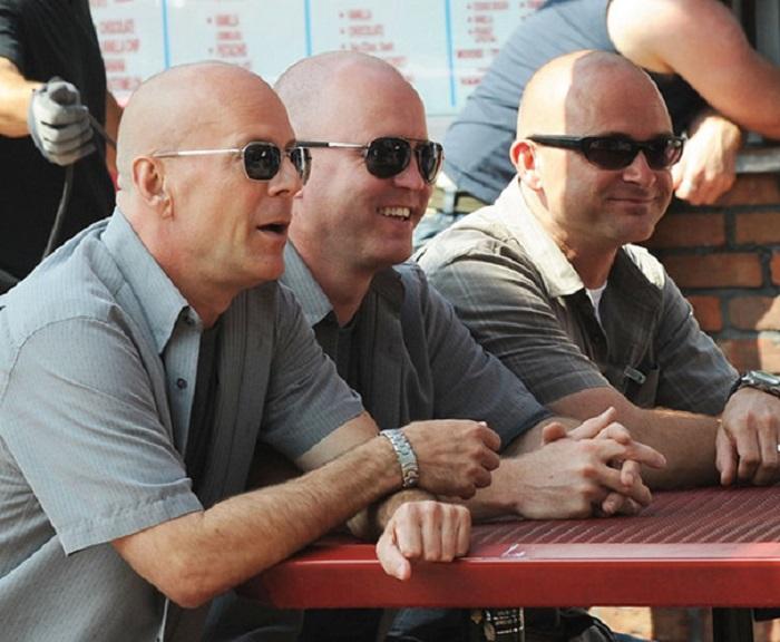 Брюс Уиллис со своими дублёрами на съёмках фильма.