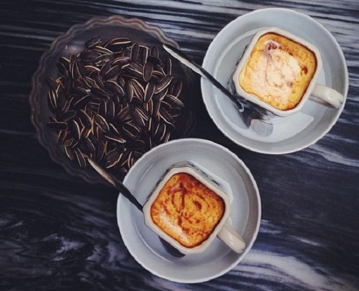 В основе рецепта - яичный желток, сгущенное молоко, сахар и горячий кофе.