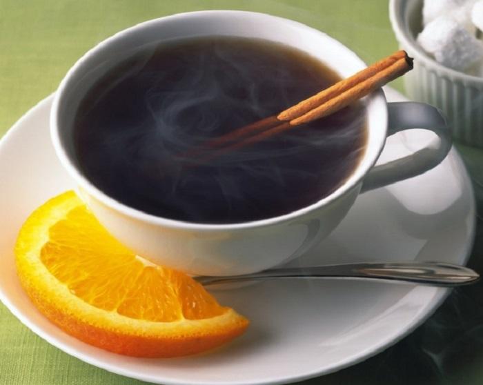 Традиционный ямайский кофе готовят добавляя в него крепкий алкогольный напиток и апельсин, который придает нотки свежести.