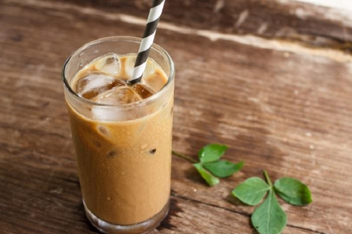 Кофе, мороженое, сгущенное молоко и ледяная вода.