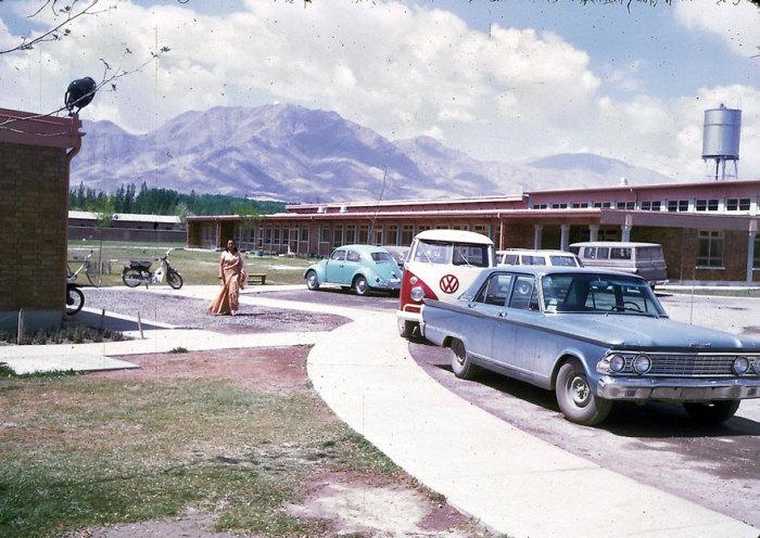 Парковочная площадка Американской Международной Школы в Кабуле.