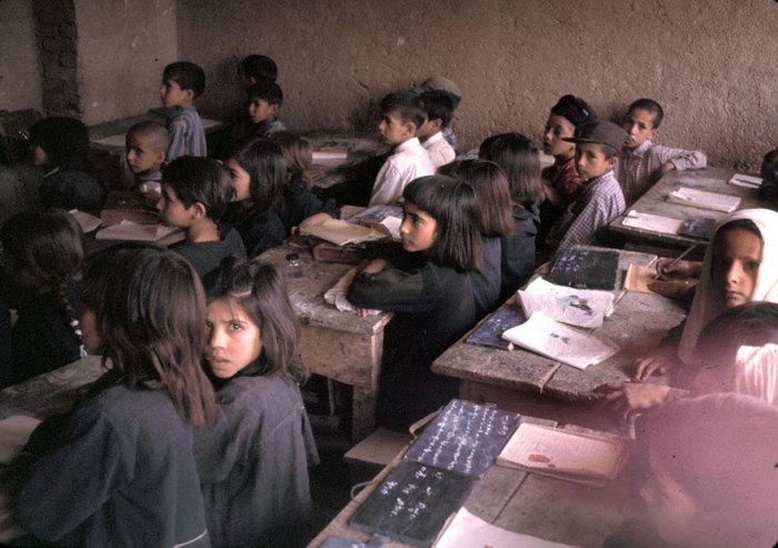 Только после 60-х годов в Афганистане разрешали совместное обучение мальчиков и девочек.