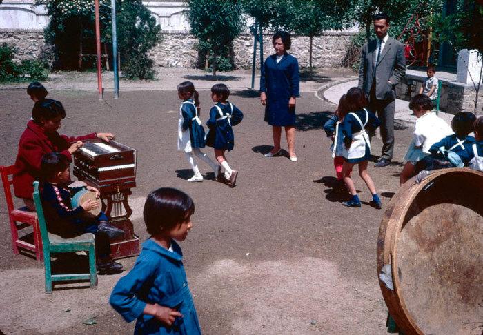 Юные учащиеся на площадке для игр.