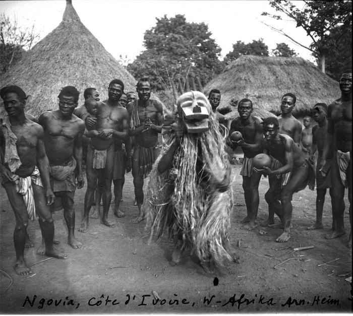 Ритуальные танцы с фетишем.