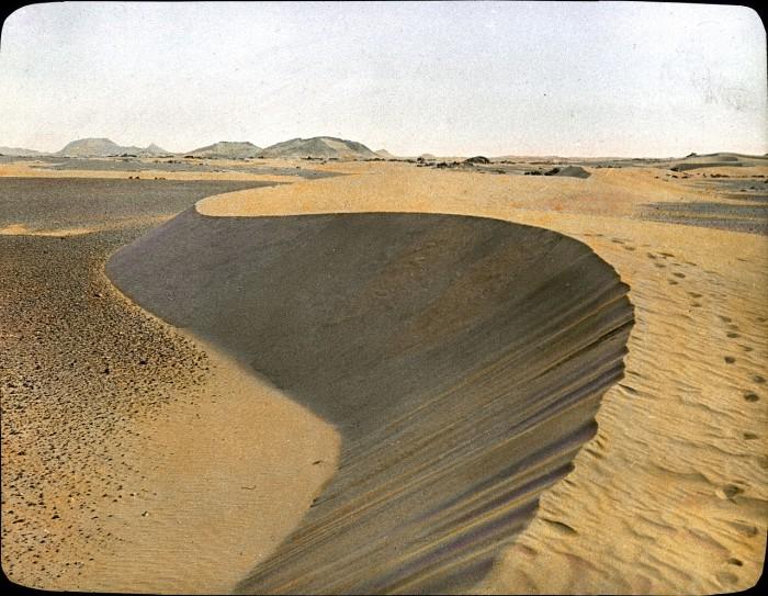 Пустыня торжествует вперемежку с горами.
