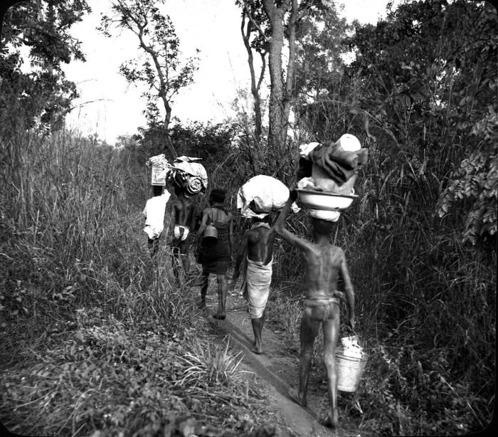 Африканцы после отдыха в условиях естественной природной среды.