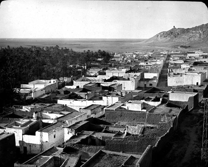 Лагуат расположен южнее хребта Сахарский Атлас на северной оконечности алжирской Сахары и образовался посреди цветущего оазиса.