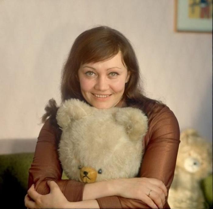 Известная советская актриса дебютировала в кино с небольшой ролью певицы в фильме «Незваные гости».