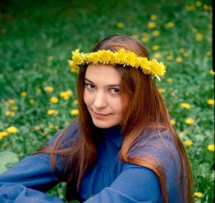 Дочь режиссёра Сергея Бондарчука и актрисы Инны Макаровой начала сниматься в фильмах с 17-летнего возраста.