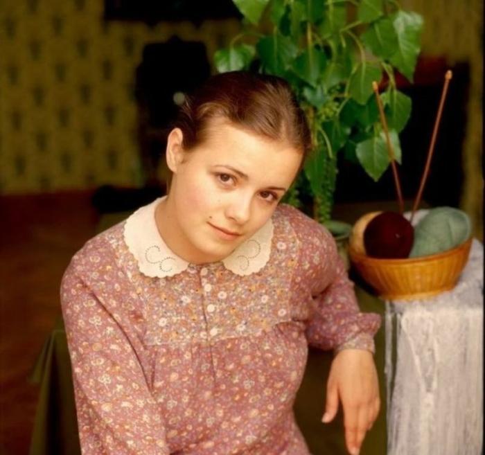 Начало актерской карьеры Елены, родившейся в семье художников, пришлось на школьные годы.