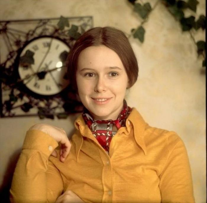 Изящная актриса многим известна по фильму-сказке «Обыкновенное чудо», где сыграла роль принцессы.
