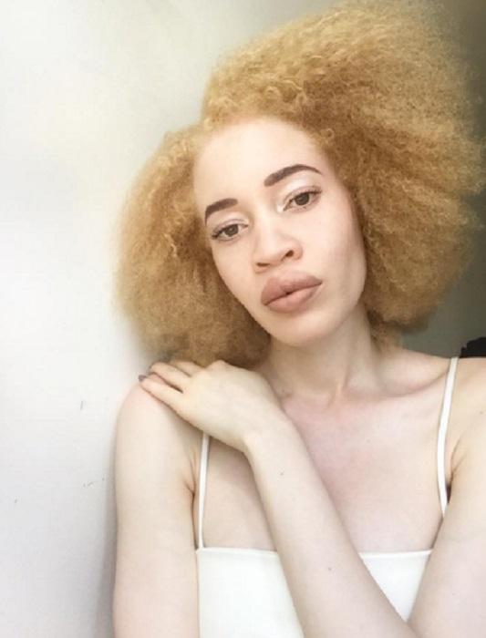 Необычная блондинка с зелеными глазами и африканскими чертами лица.