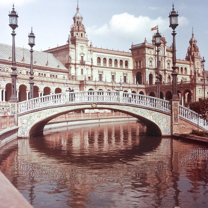 Мосты представляют четыре древних королевства Испании: Леон, Кастилию, Арагон и Наварру.