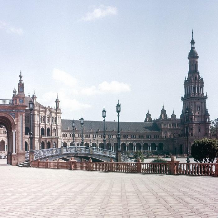 Серия из 48 плиточных альковов и скамей, которые представляют каждую из областей Испании, а также ее двух архипелагов.