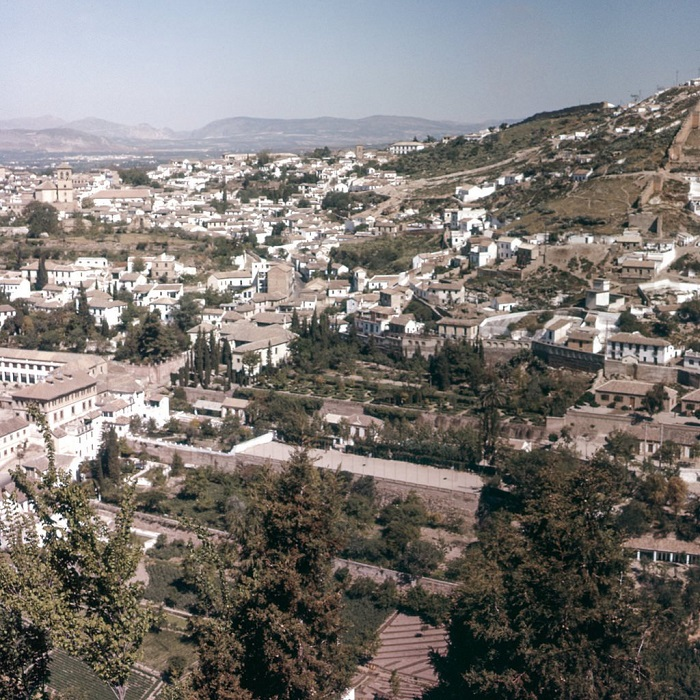 Город на склонах гор, в котором сохранилось много исторических памятников маврской эпохи, а также готического периода и эпохи ренессанса.