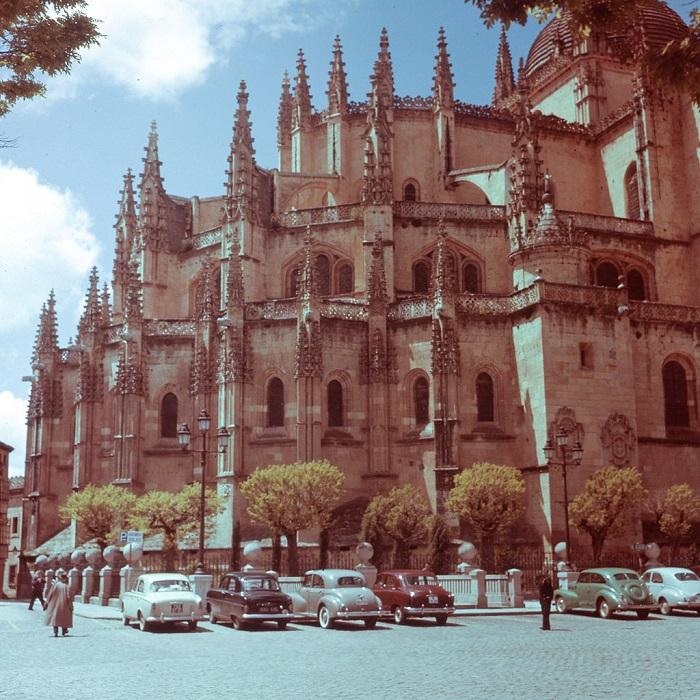 Объединяет под своими сводами 18 часовен, в которых можно увидеть бесценные исторические скульптуры и картины.