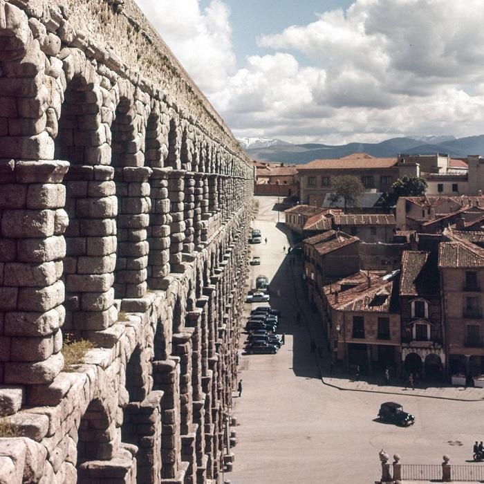 Является самым длинным древнеримским акведуком из сохранившихся в Европе.
