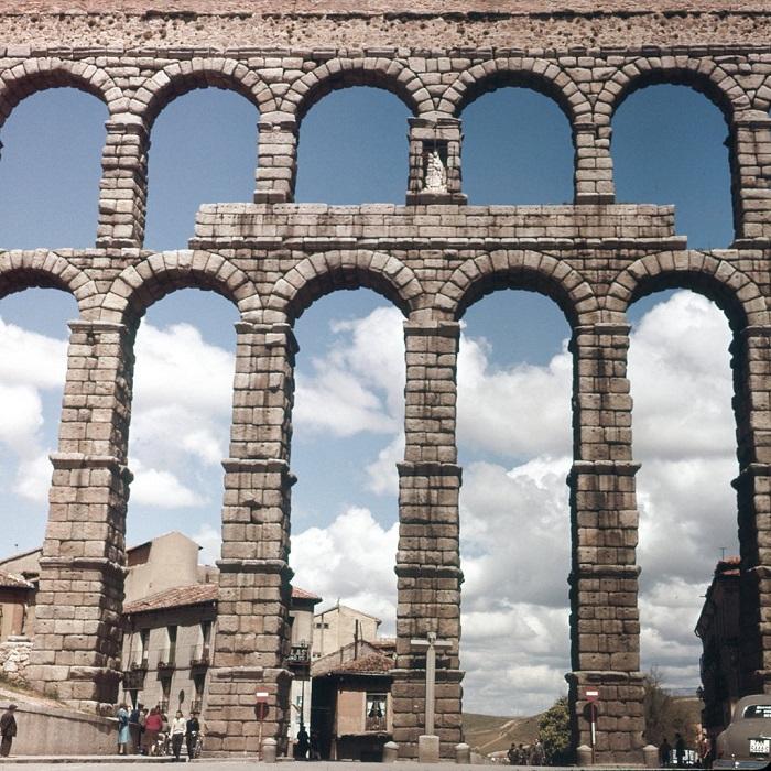 Акведук был построен, чтобы подвести воду, к расположенному на возвышенности городу из горной реки.