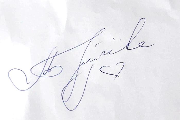 Размашистая подпись знаменитой российской певицы выглядит вполне читаемой.
