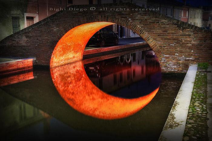 Река, проходящая под мостом, создала обман зрения.
