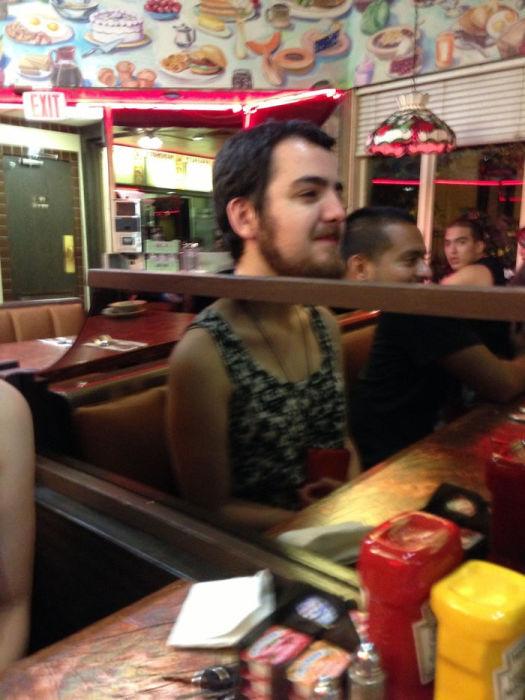 Мужчина в кафетерии, через зеркальную простенку, одет совсем в другую одежду.