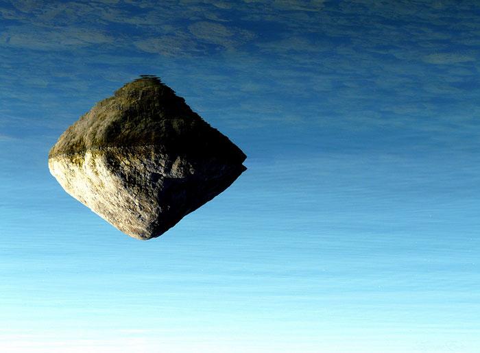 Скала как будто плавает в голубом небосводе.