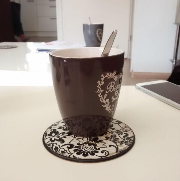 Вот загадка то: Сколько чашек на столе?