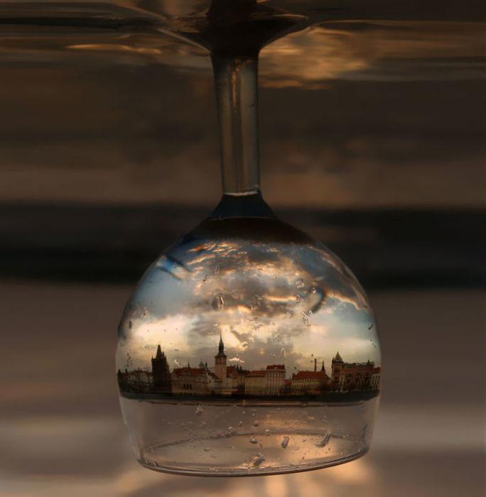 Отражение Праги в бокале для вина.