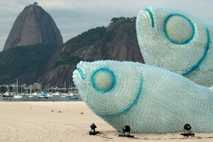 Гигантские скульптуры рыб сделаны из использованных пластиковых бутылок на одном из пляжей Рио-де-Жанейро.