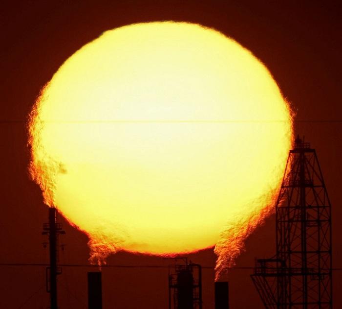 Солнце из заводских труб.