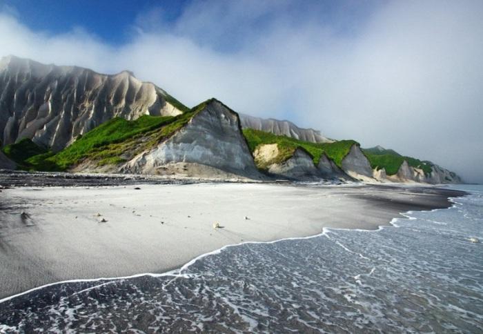 Белые скалы острова Итуруп, Россия.