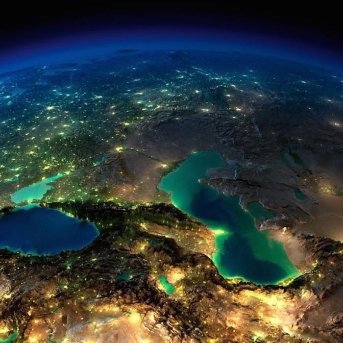 Кавказ, Каспийское и Черное море в безоблачную ночь.