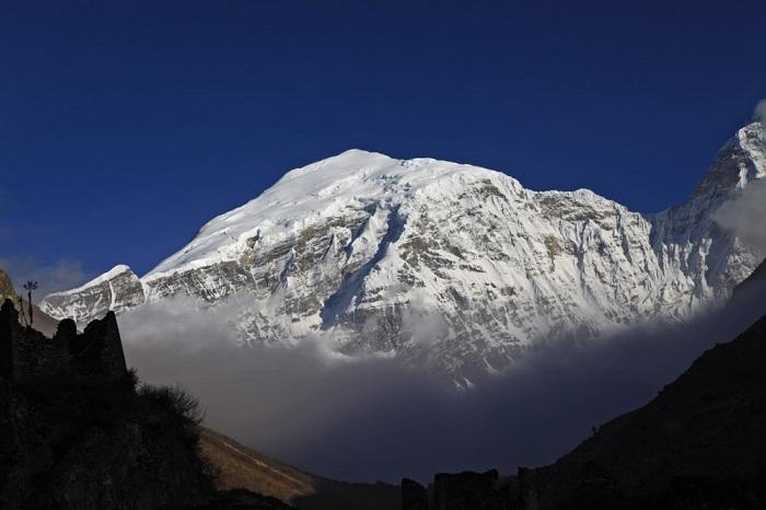 Гора имеет высоту над уровнем моря 7570 м и является наивысшей непокорённой вершиной в мире.