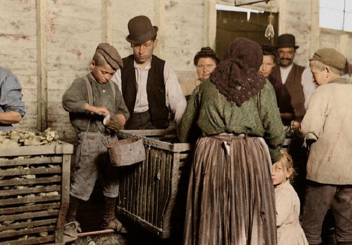 9-летний Джонни за работой, под надзором босса-эксплуататора, Данбар, Луизиана, март 1911 года.