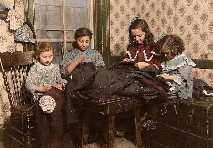 Маленькие работницы по ремонту и пошиву одежды: Катрина де Като, Франко Брезу, Мария Аттрео, Матти Аттрео, Нью-Йорк, 26 января 1910 года.