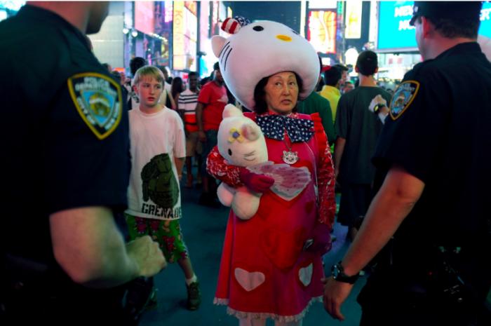 Полицейские общаются с женщиной, которая одета в костюм Китти.
