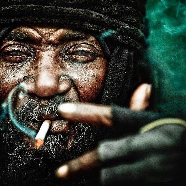 Потрясающий портрет бездомного мужчины со своей историей во всем облике и взгляде из-под опущенных ресниц.