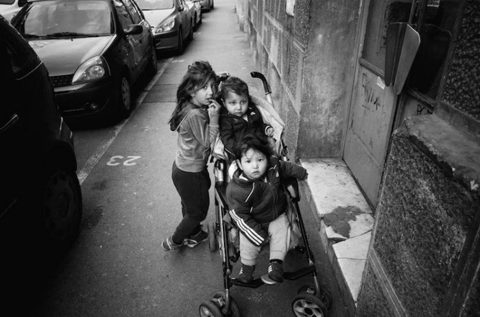 Старшая сестра на прогулке с младшими братьями.