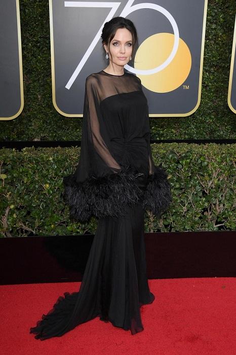 Королева красных дорожек, несравненная Джоли, в черном платье с прозрачными рукавами украшенными перьями от Atelier Versace. /Фото: love2beauty.ru