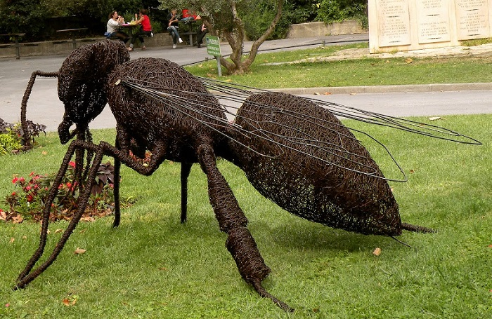 Пчела из проволоки от Davida Vanorbeeka.